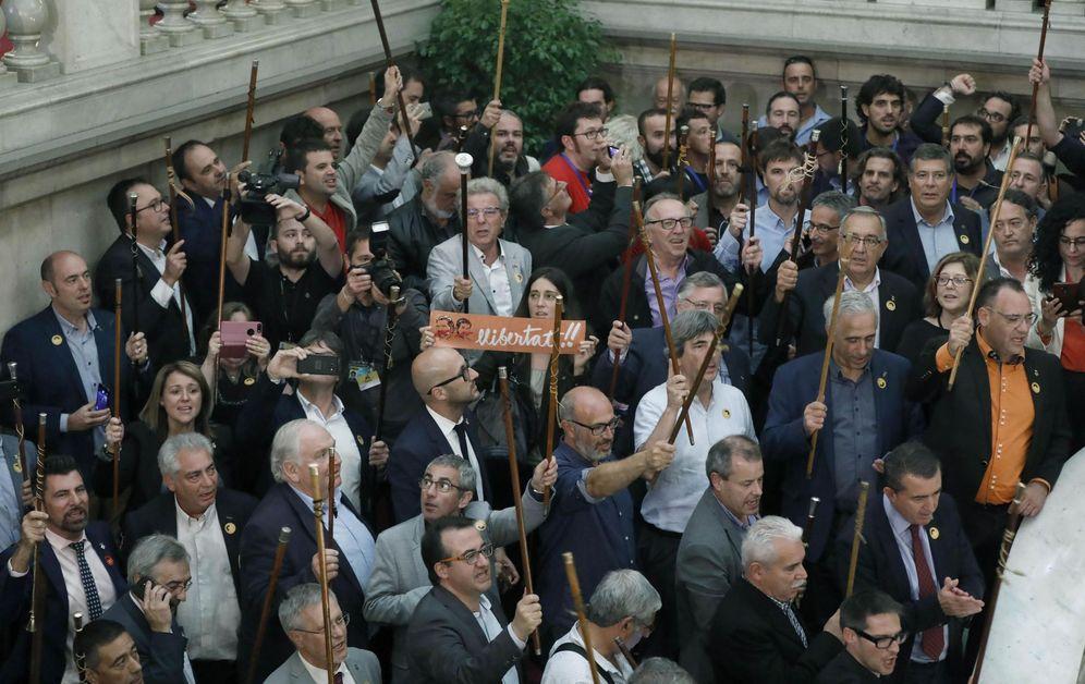 Foto: Alcaldes de diferentes localidades de Cataluña muestran su alegría en las escalinatas del Parlament tras aprobarse la DUi en el Parlament. (EFE)