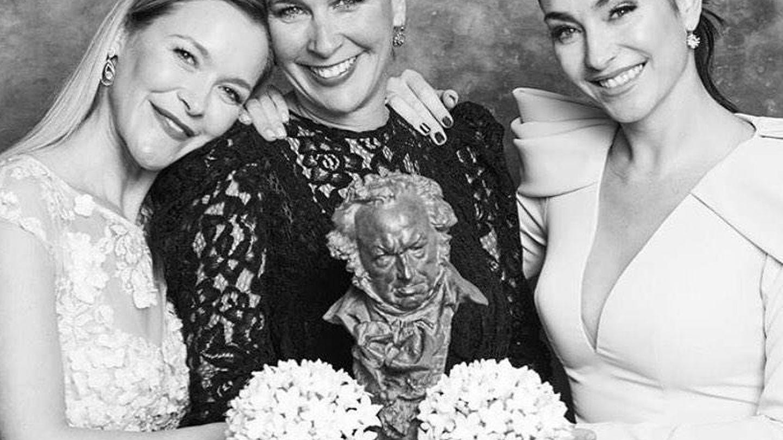 María, Tamara y Celia, las tres hijas de Pepa Flores, posando con el Goya de Honor concedido a su madre. (IG)