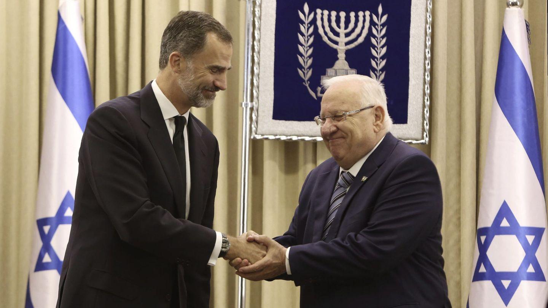 El rey Felipe VI saluda al presidente israelí, Reuven Rivlin, en Jerusalén. (EFE)