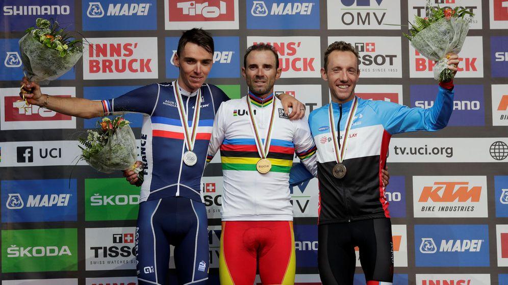Foto: El podio del Mundial: el campeón, Valverde (c); el segundo clasificado, Bardet (i); y el tercero, Woods. (Reuters)
