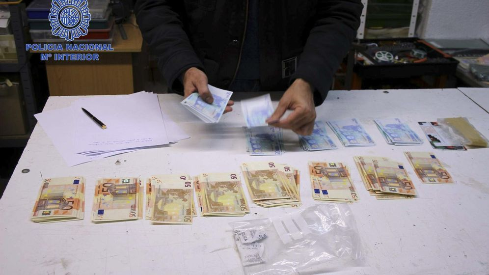Foto: La policía, durante un decomiso de billetes falsos. (EFE)