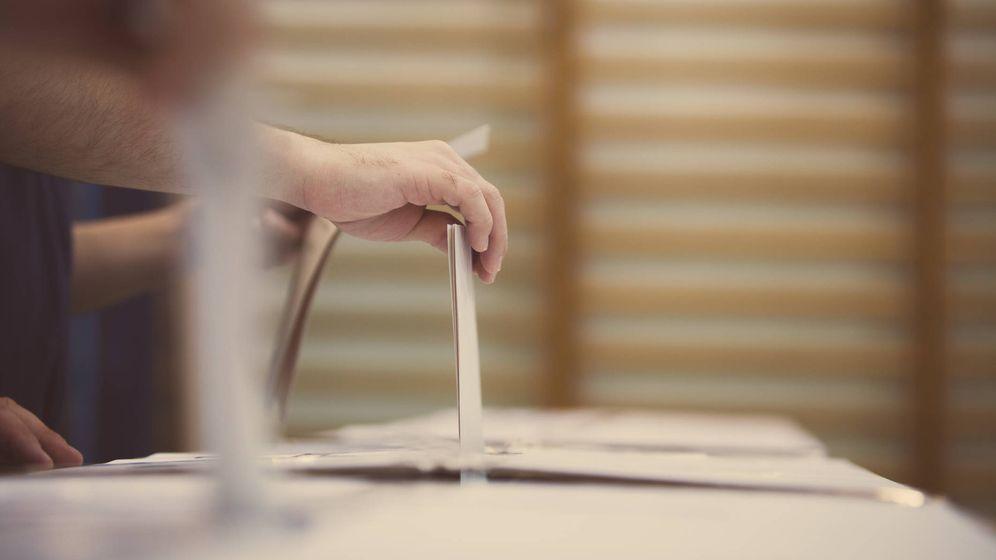 Foto: Votantes depositan papeletas en las urnas. (iStock)