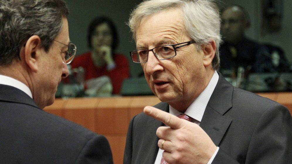 Foto: El presidente de la Comisión, Jean-Claude Juncker (dcha), conversa con el presidente del Banco Central europeo (BCE), Mario Draghi (EFE)