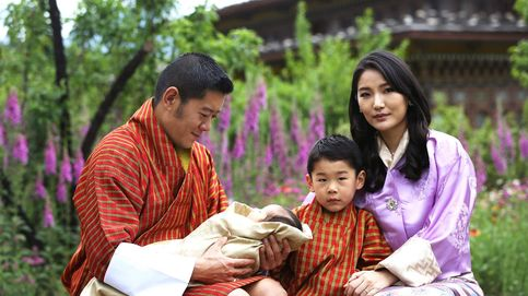 Los reyes de Bután presentan a su segundo hijo en 5 fotografías muy reveladoras