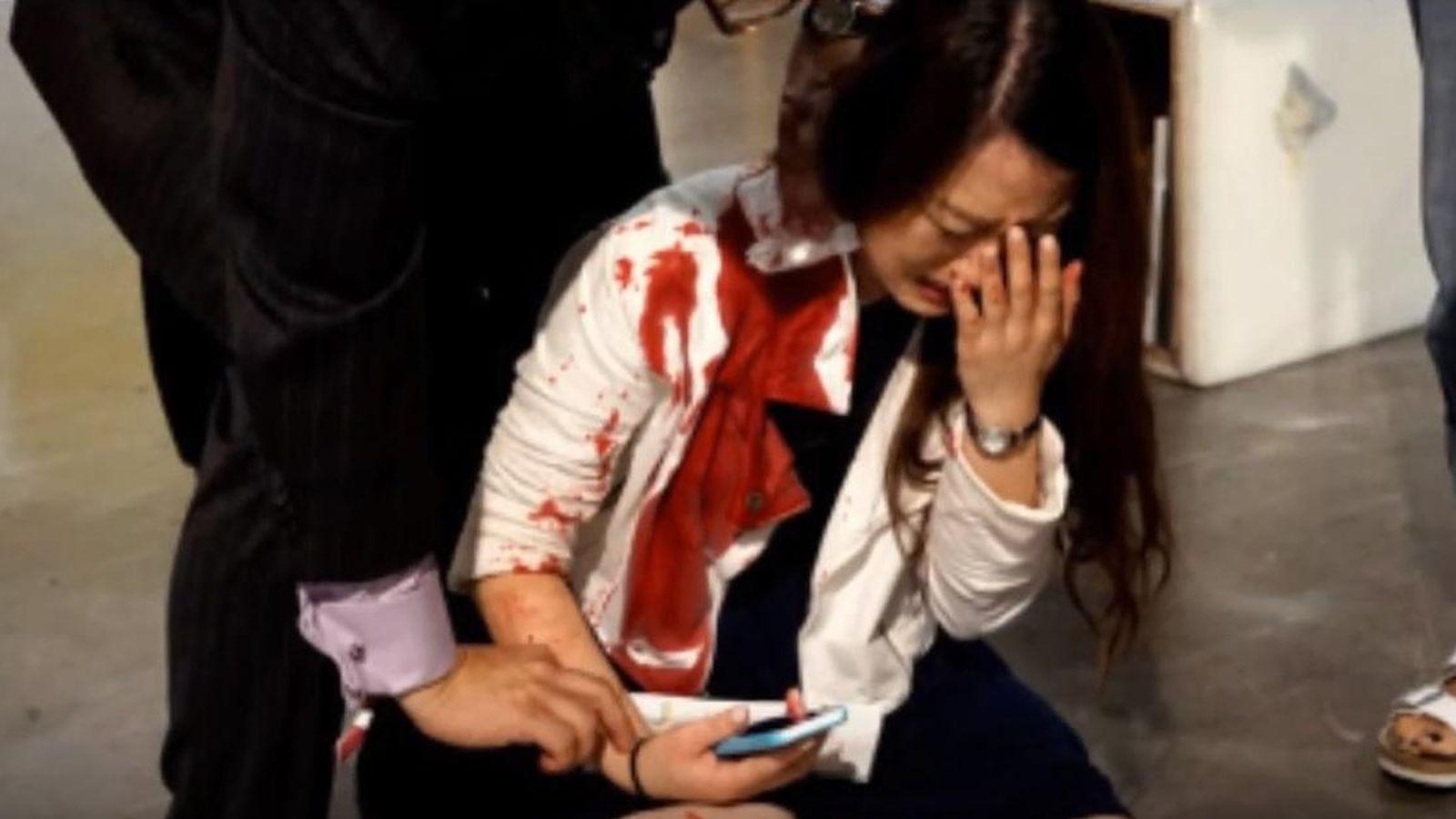 Foto: La víctima, después de ser apuñalada (captura de YouTube/Rudy Pérez)