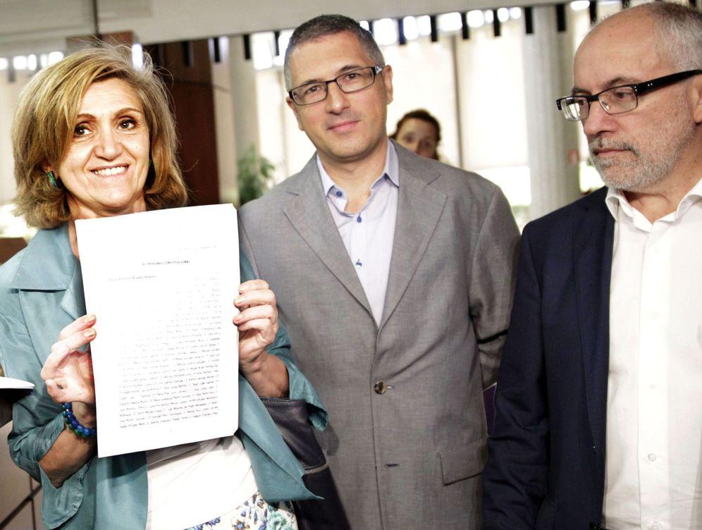 Foto: Hugo Morán, en el centro, con la hoy senadora Luisa Carcedo y Miguel Fidalgo, en agosto de 2013, recurriendo al TC la Ley de Costas del PP. (EFE)