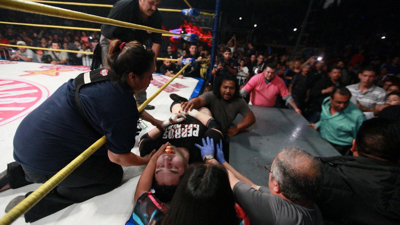 Una patada voladora del Rey Misterio mata a un luchador en el ring
