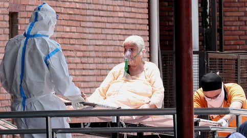 Una cama por cada dos pacientes: colapso en un hospital de India