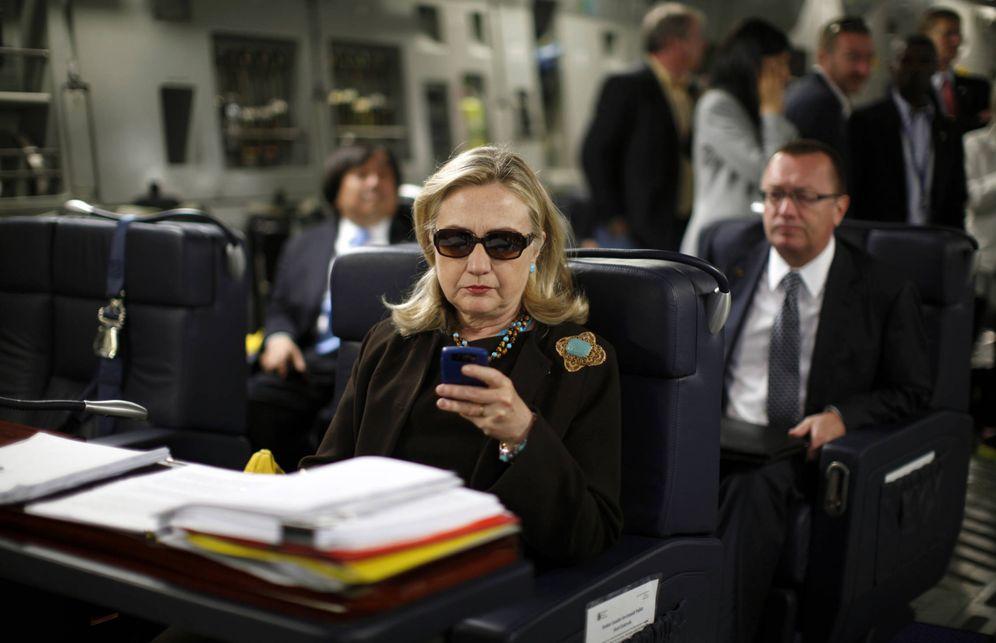 Foto: Hillary Clinton, en un avión militar camino de Libia, en octubre de 2011 (Reuters)