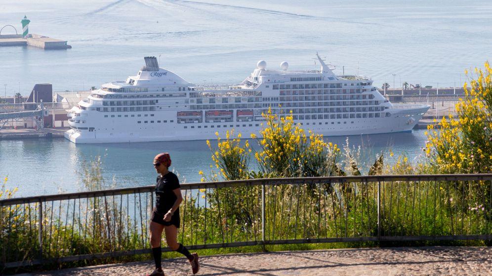 Foto: El crucero Seven Seas Navigator, atracado en el puerto de Barcelona. (EFE)
