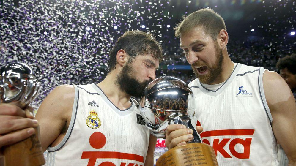 Foto: Llull y Nocioni posan con el título de campeones (Juan Carlos Hidalgo/EFE)
