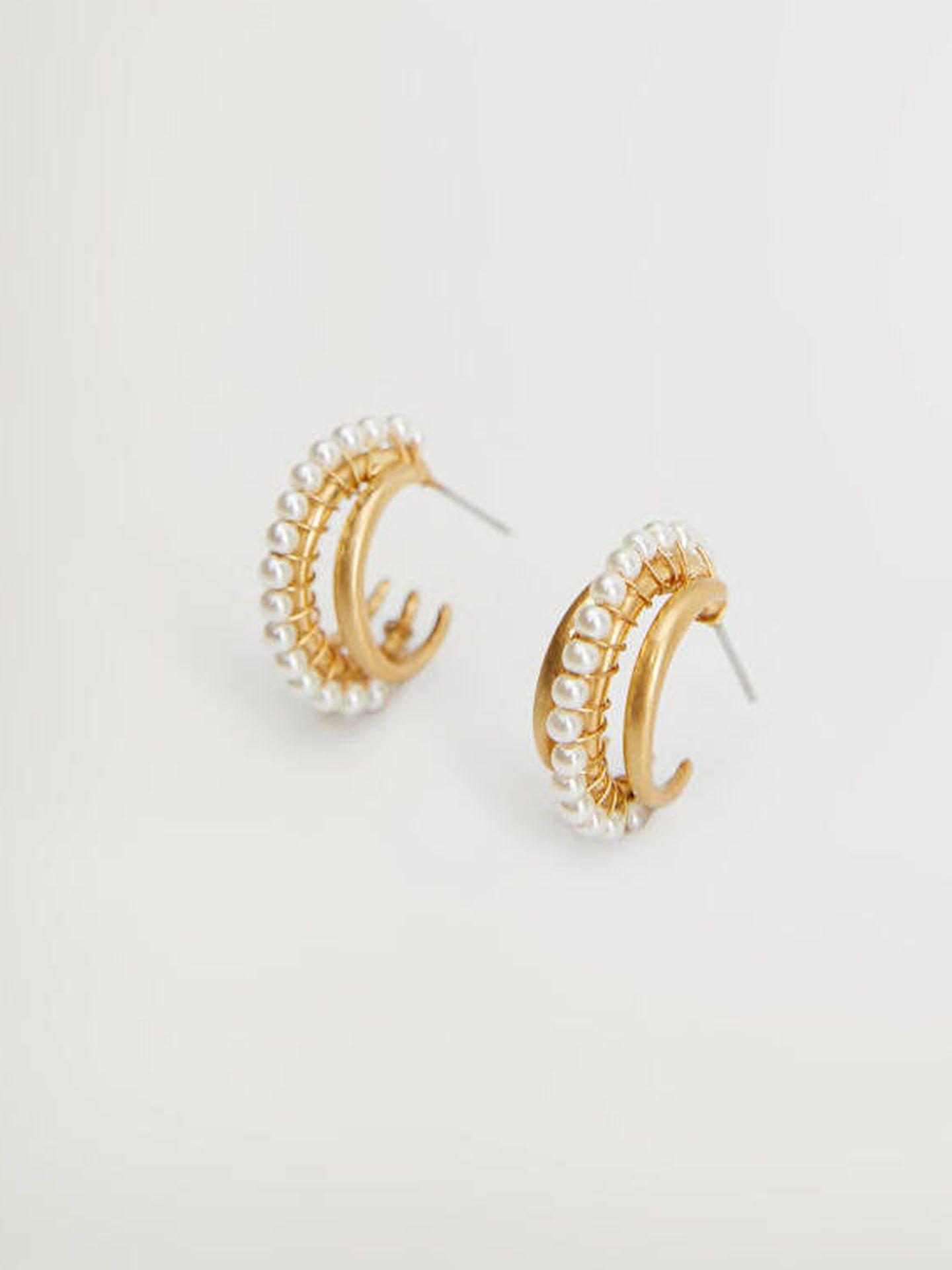 Pendientes de color dorado y detalle de perlas artificiales de Mango Outlet. (Cortesía)