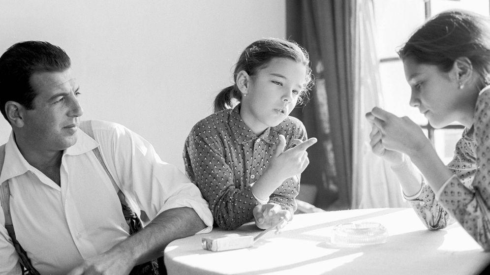 Foto:  Carmina, con su hermana Belén y su padre. (Getty)