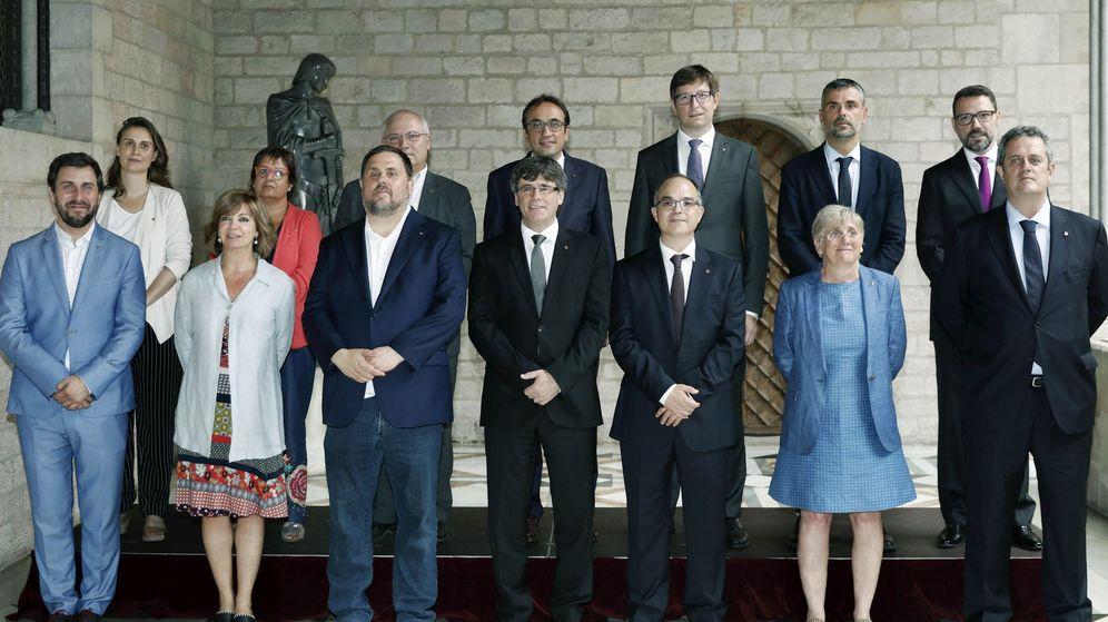 Foto: Composición del nuevo Govern de la Generalitat de Cataluña tras la toma de posesión de los nuevos 'consellers'. (EFE)