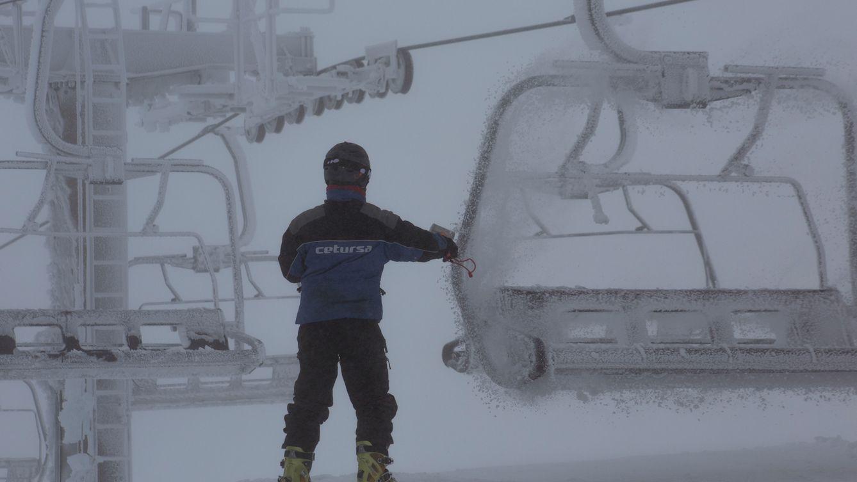 Foto: Uno de los trabajadores de la estación de esquí de Sierra Nevada. (Efe)
