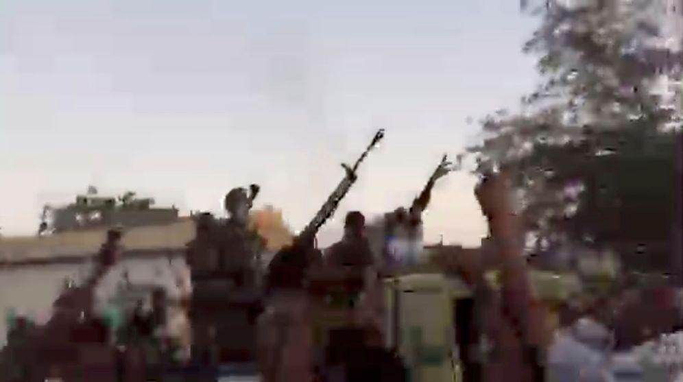Foto: Imágenes de la protesta ante el edificio del Ministerio de Defensa en Jartum, Sudán. (Reuters)