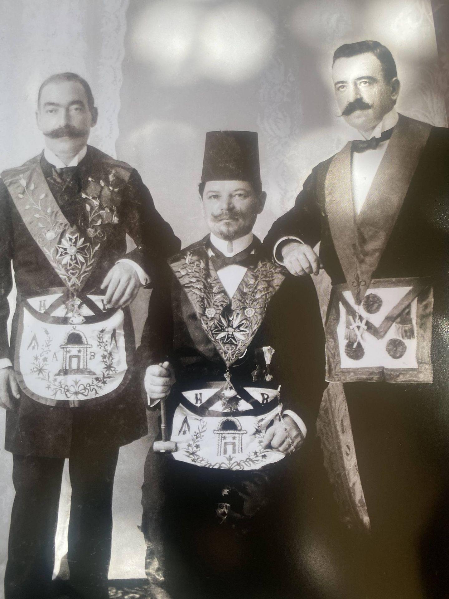 Francmasones con sus vestimentas.