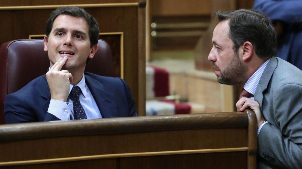 Foto: El presidente de Ciudadanos, Albert Rivera (i), conversa con el diputado de la formación Francisco De La Torre. (EFE)