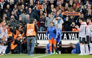 El Valencia recibe al Madrid con el ruidoso pasillo que abrió Mijatovic