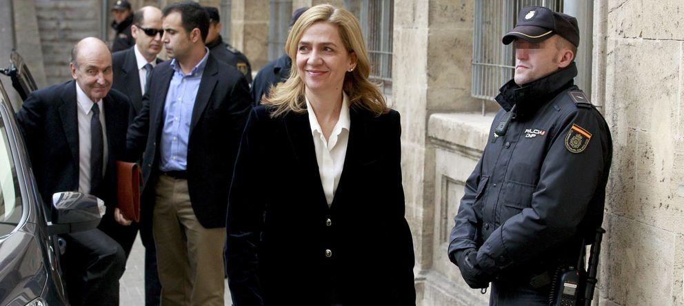 Foto: La infanta Cristina, seguida por su abogado, Miguel Roca (i), a su llegada a los juzgados de Palma. (EFE)