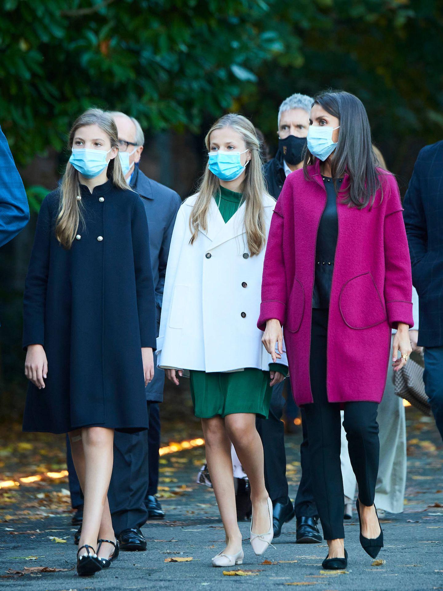 La reina Letizia y sus hijas, el pasado octubre en Oviedo. (Limited Pictures)
