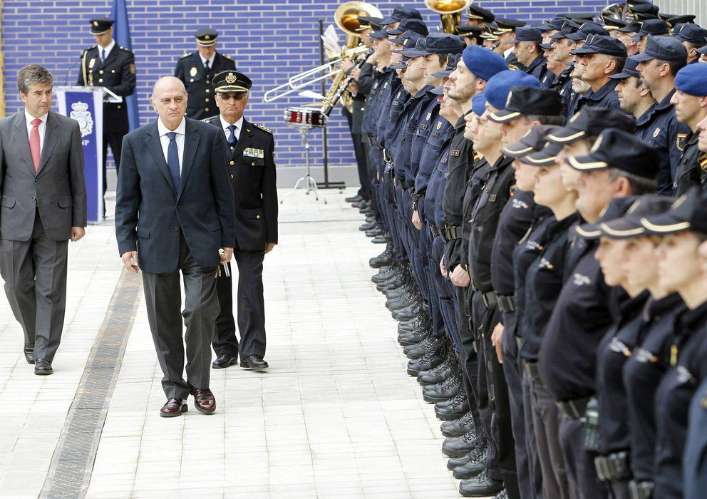 Foto: El ministro del Interior, Fernández Díaz, pasa revista a la Policía. A la izquierda, Ignacio Cosidó (EFE)