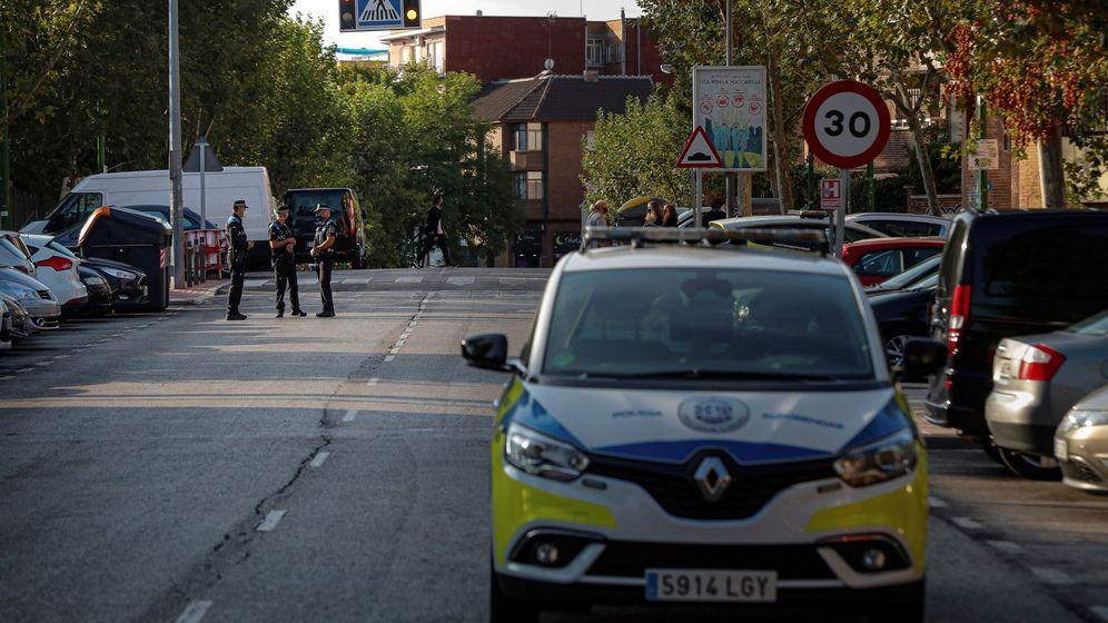 Foto: Agentes de la Policía controlan una calle de la localidad madrileña de Alcobendas. (EFE)