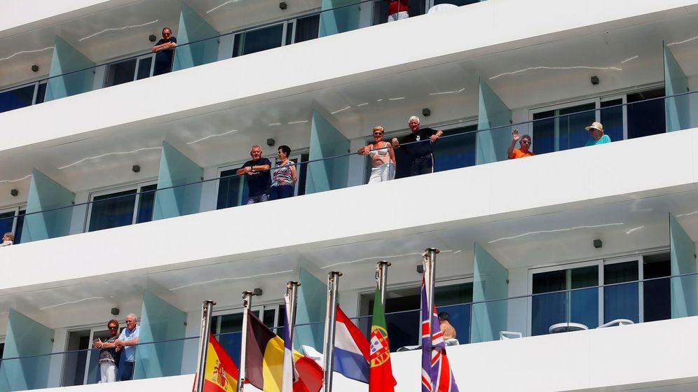 Foto: Turistas asomados al balcón en días previos al estado de alarma en Benidorm. (EFE)