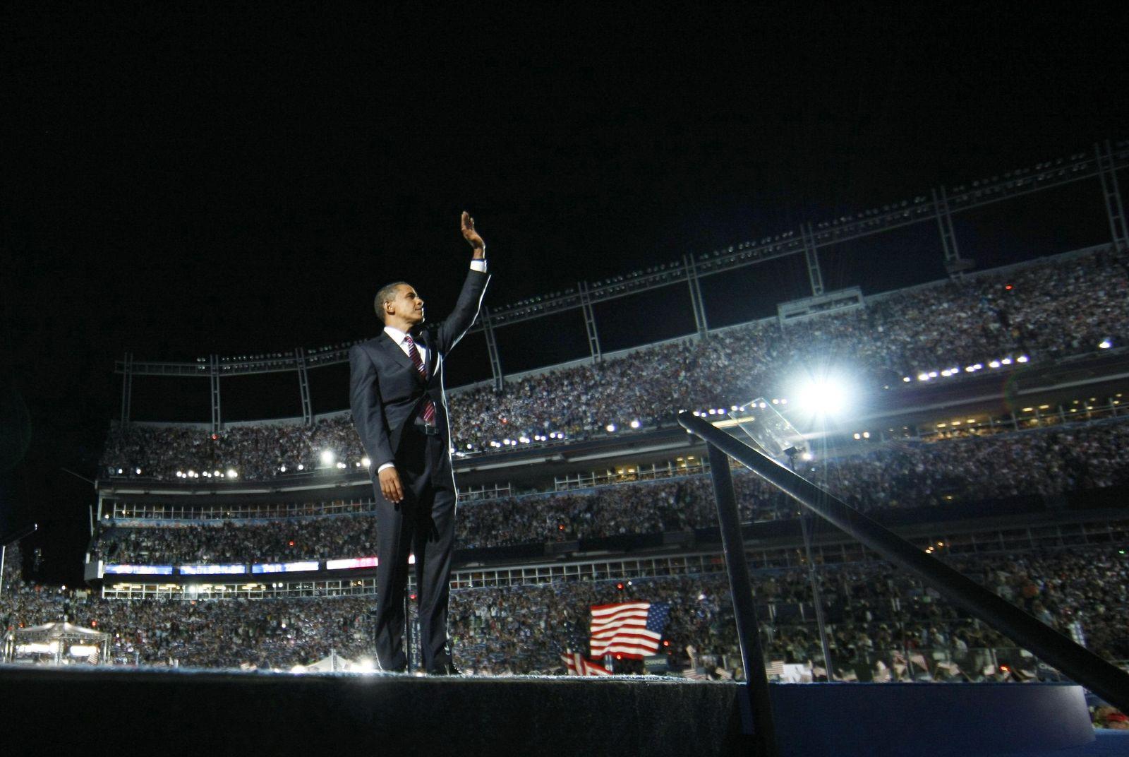 Foto: Barack Obama saluda al público en la Convención Nacional Demócrata celebrada en Denver en agosto de 2008. (Reuters)
