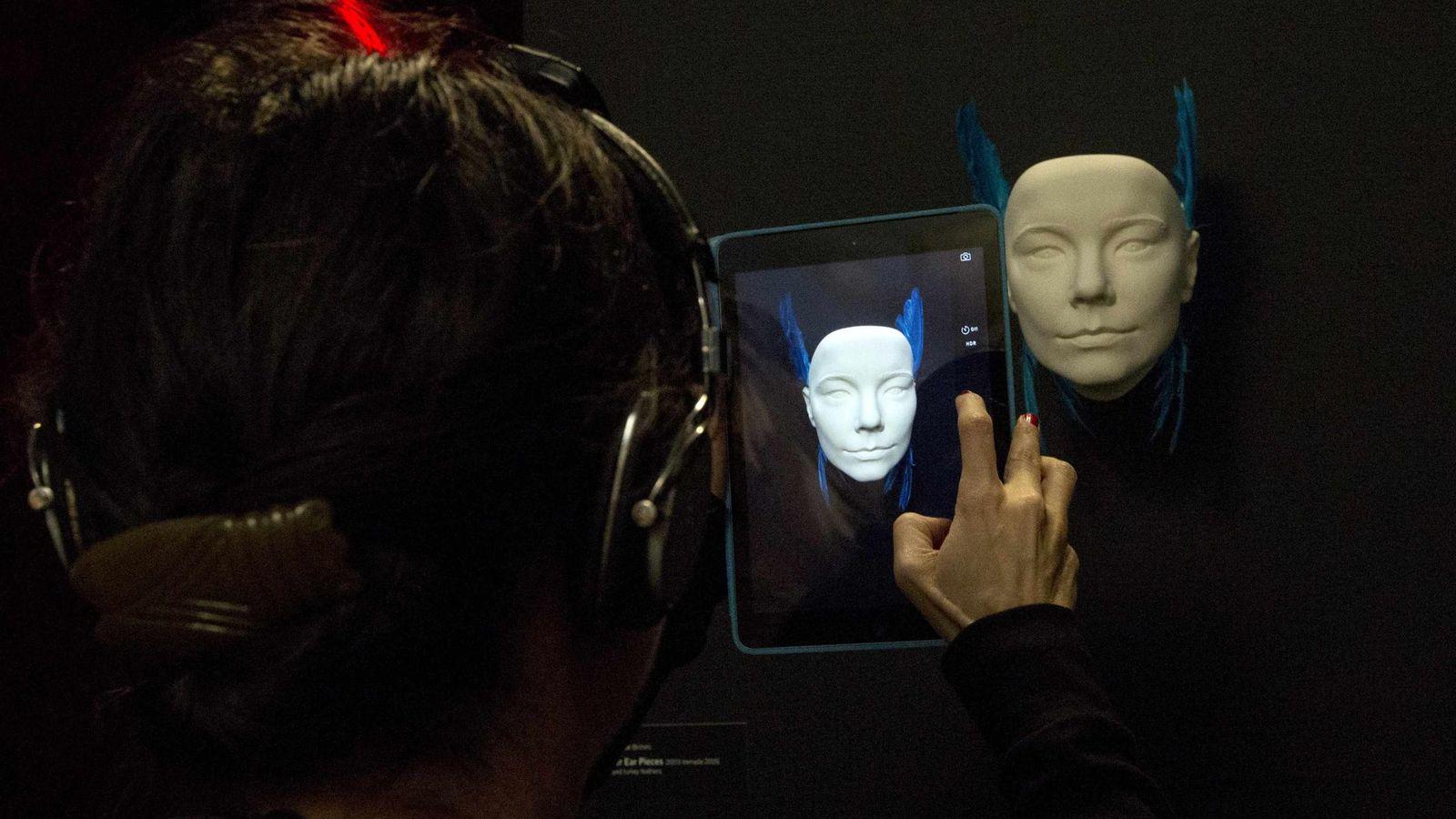 Foto: Una mujer hace una foto con su tablet en la exposición 'Bjork' del MoMA. (Reuters)