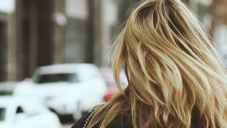 Pon tu cabello en forma. (Unsplash)