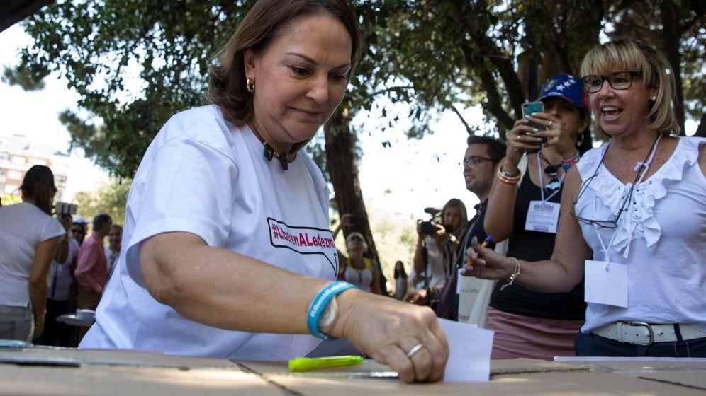 Foto: Mitzy Capriles de Ledezma, esposa de  Antonio Ledezma, deposita su voto. (Reuters)