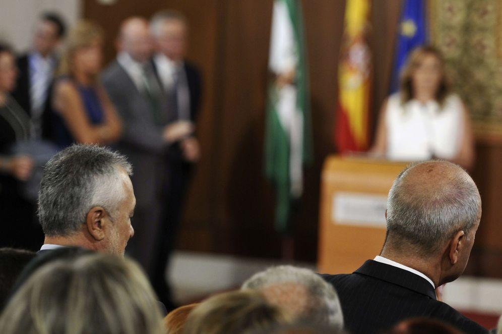 Foto: José Antonio Griñán y Manuel Chaves, durante la primera toma de posesión de Susana Díaz como presidenta de Andalucía, el 7 de septiembre de 2013. (EFE)