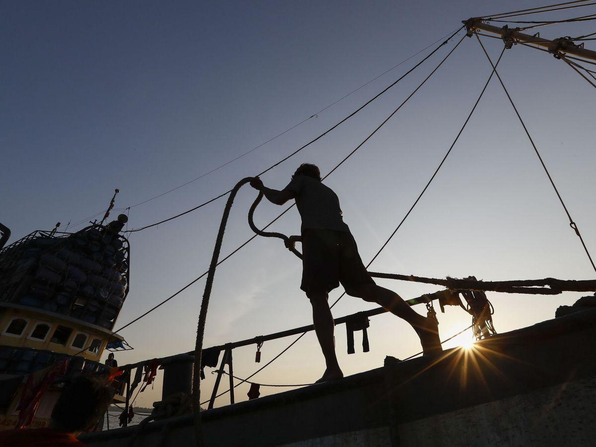 Foto: Un pescador en un barco pesquero del Océano Índico. Foto: EFE