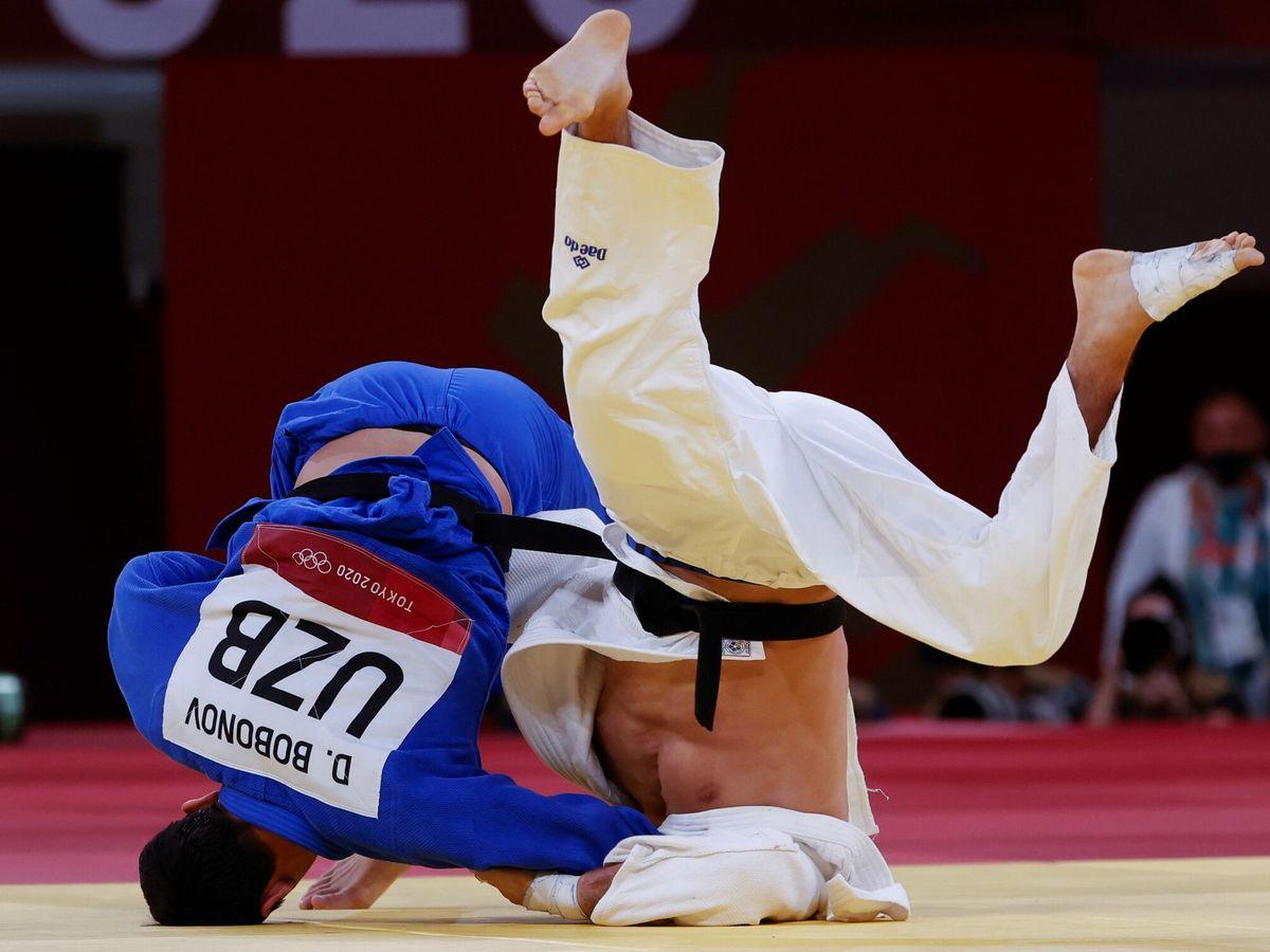 Foto: Nikoloz Sherazadishvili combate contra Davlat Bobonov. (EFE)