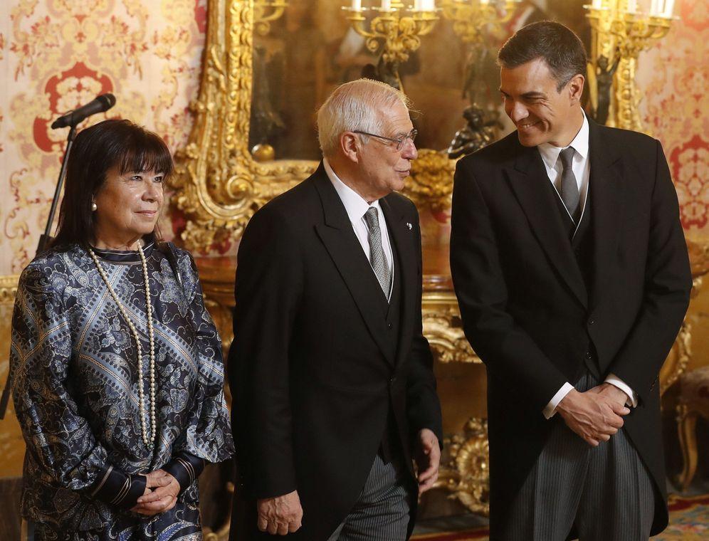 Foto: Pedro Sánchez charla con su ministro de Exteriores, Josep Borrell, ante la presidenta del PSOE, Cristina Narbona, el pasado 22 de enero en el Palacio Real. (EFE)