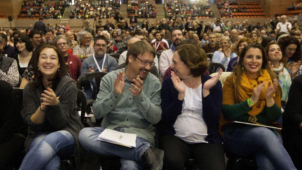Foto: La alcaldesa de Barcelona, Ada Colau (2d), y el portavoz de En Comú Podem, Xavier Doménech. (EFE)
