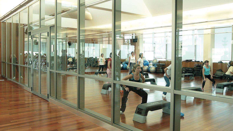 Empleados del Santander en el gimnasio de la Ciudad Financiera.