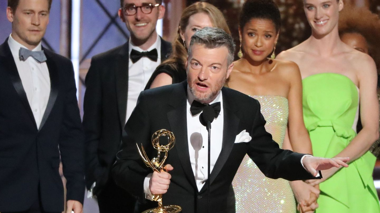 Charlie Brooker recogiendo su segundo Emmy junto a su equipo de 'Black Mirror'. (Reuters)