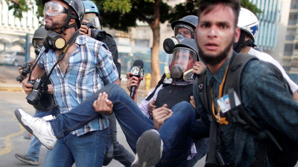 Foto: Manifestantes heridos en Caracas. (Reuters)