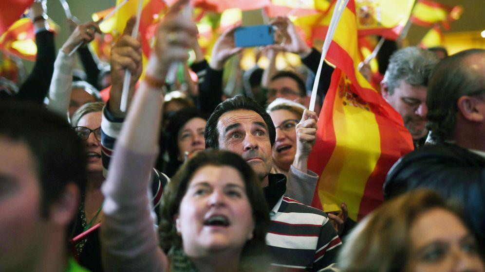 Foto: Simpatizantes de Vox celebran los resultados en Sevilla. (EFE)