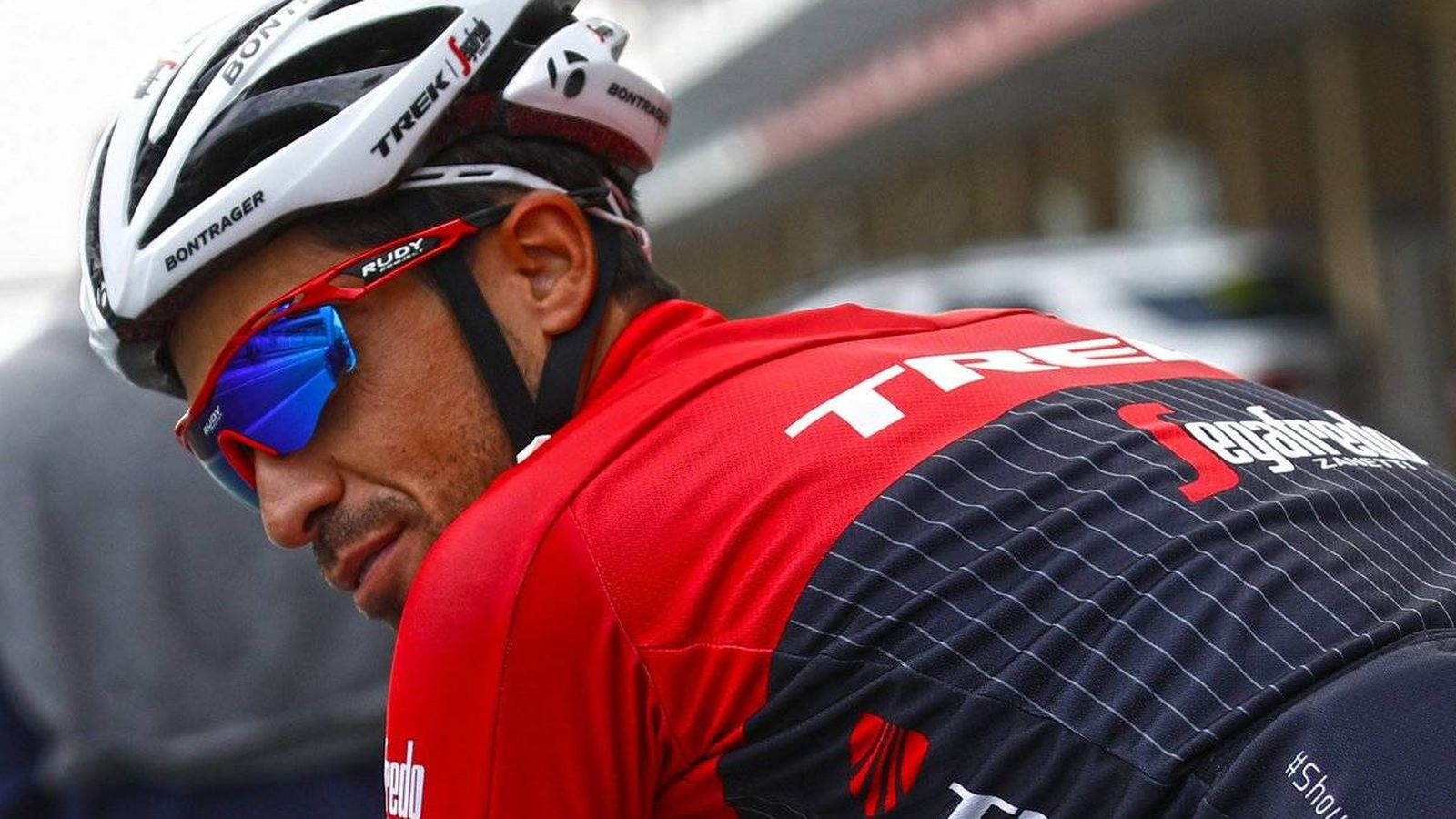 Foto: Alberto Contador empezó la Itzulia por los suelos. (Trek-Segafredo)