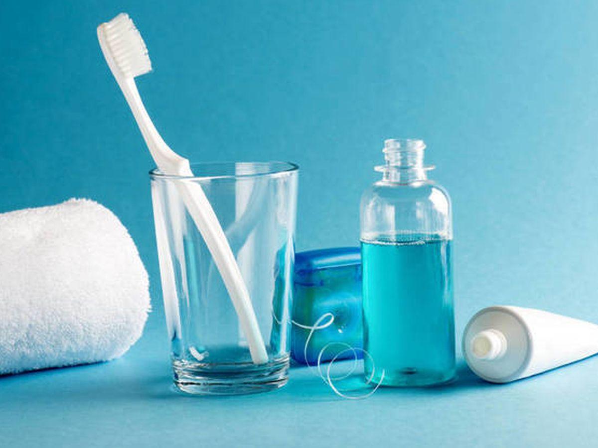 Foto: En pastas de dientes, colutorios, jabones y seda dental puede haber triclosán. (iStock)
