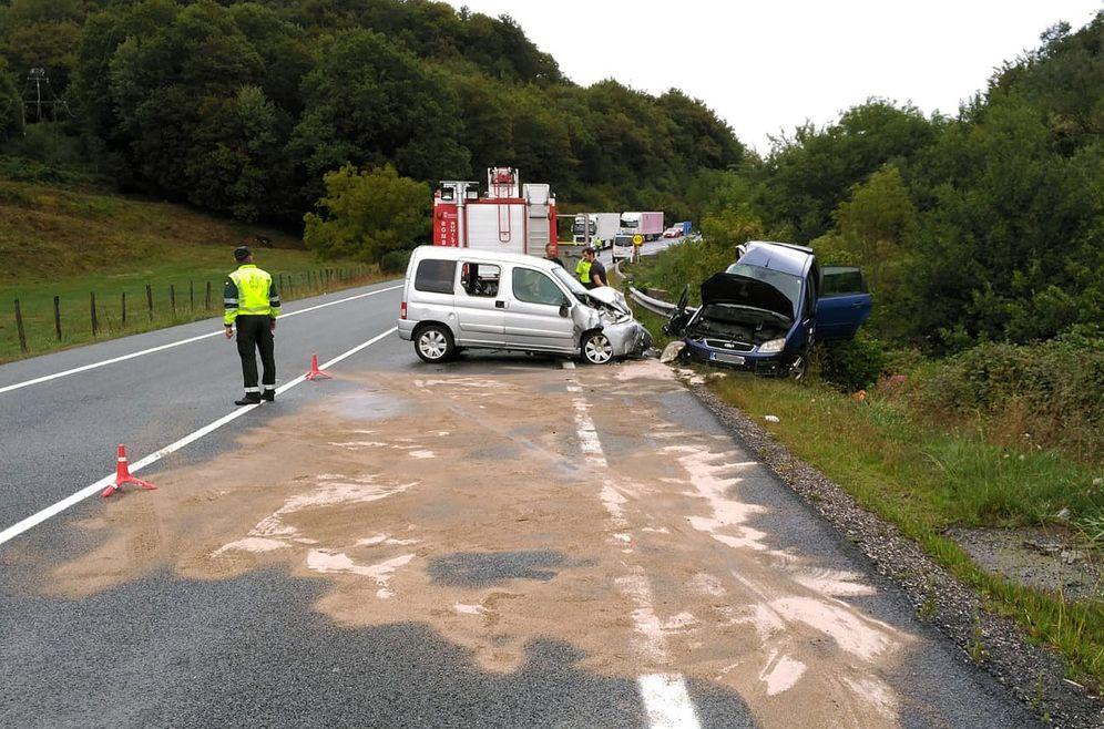Foto: Agentes de la Guardia Civil, en un accidente mortal registrado en septiembre en Navarra. (EFE Guardia Civil)
