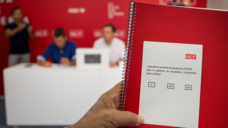 Foto: Vista de la papeleta de la votación en el PSOE riojano para aprobar el pacto. (EFE)