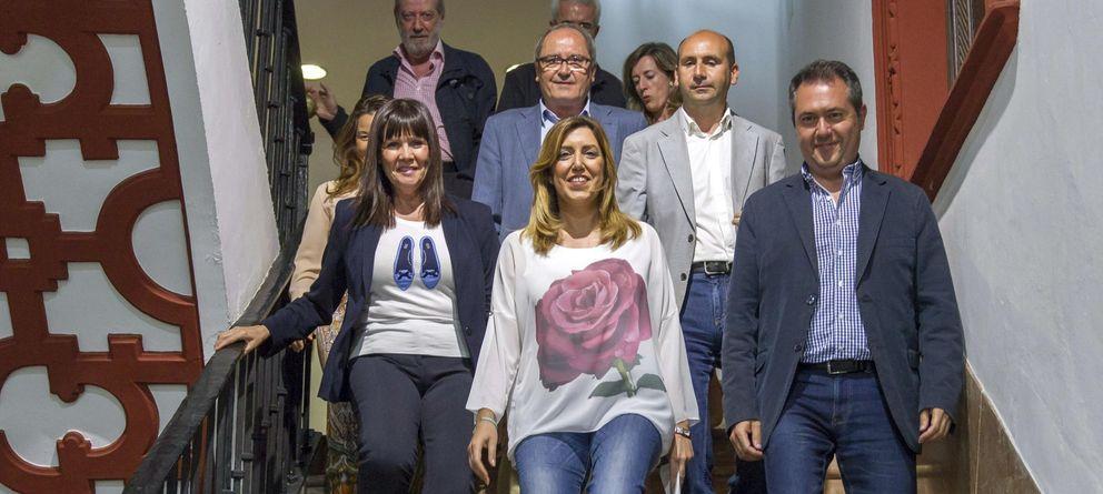 Foto: Susana Díaz (c), acompañada de cargos de su formación política. (EFE)
