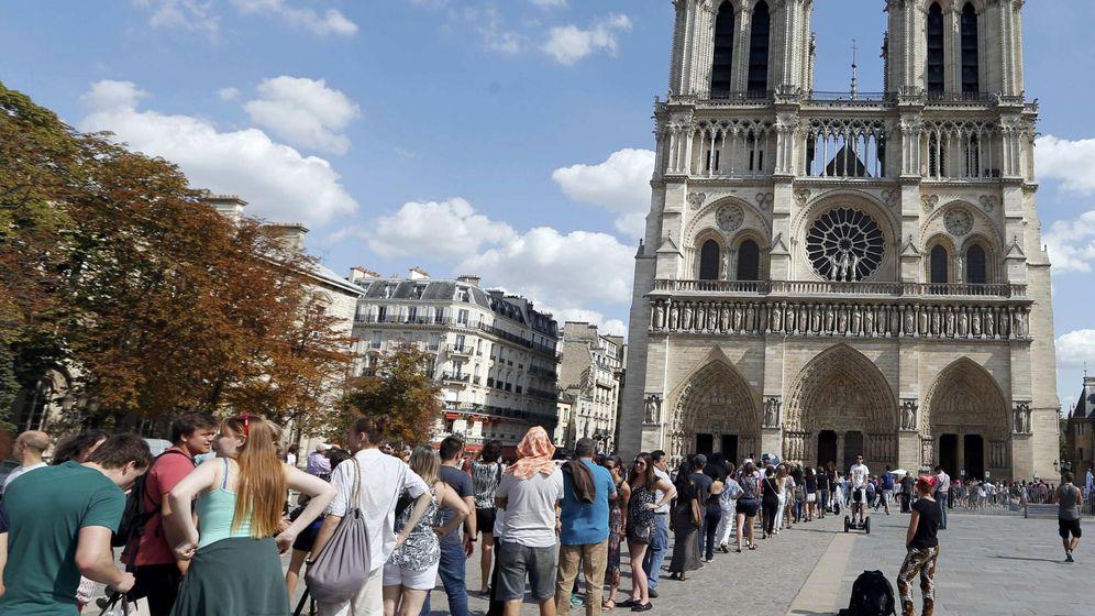 Foto: Turistas hacen cola para visitar Notre Dame en París (Reuters)