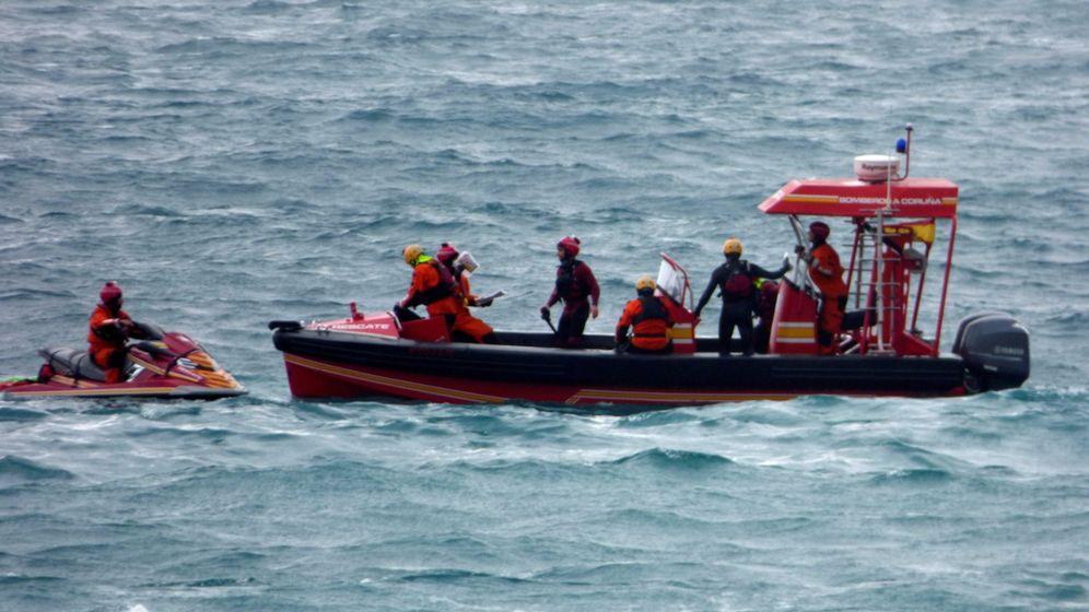 Foto: Un equipo subacuático del cuerpo de Bomberos de A Coruña retira del agua el cuerpo.