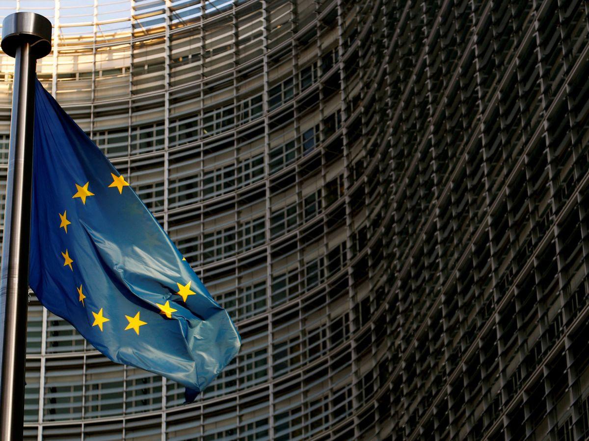 Foto: Bandera europea frente a la Comisión Europea en Bruselas. (Reuters)