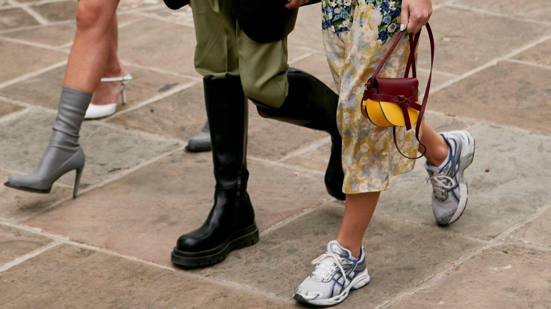 Las zapatillas confirman su reinado en el street style. (Imaxtree)
